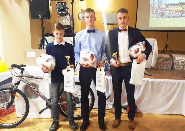 Ocenení najlepší hráči za rok 2018 - zľava Lukáš Pauk, Jakub Babulic a Patrik Krivošík.