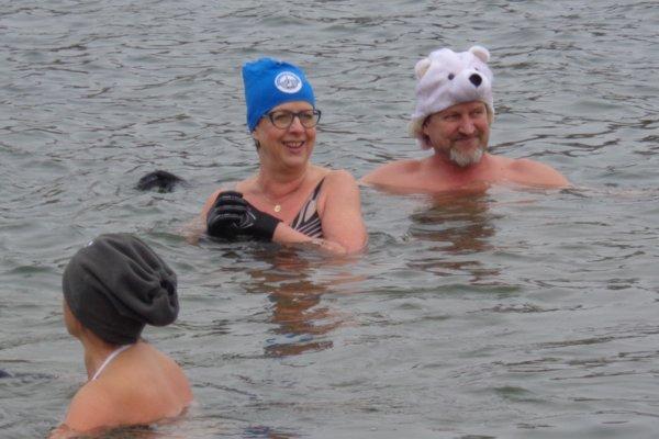 Plavci boli vo vode dlhé minúty.