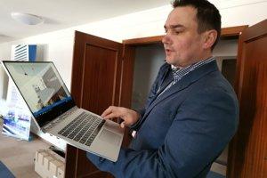 Ján Michlík z (f)IT inkubátora približuje vizualizáiu.