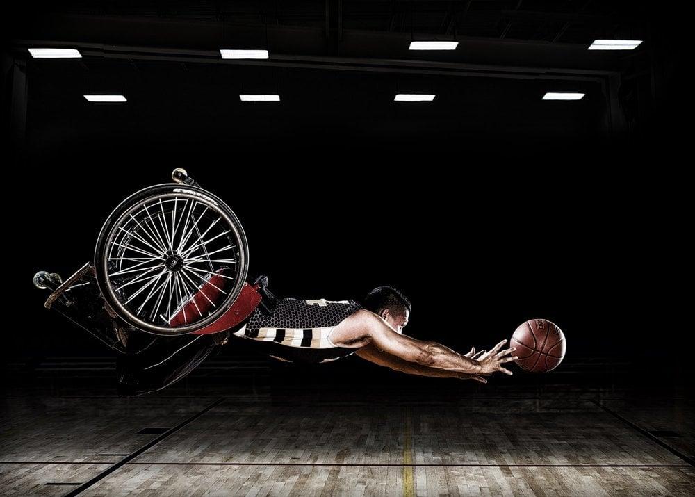 Obrázok vznikol pre Adaptive Sports Program v Rehabilitačnom ústave v Chicagu a vozíčkarsky basketbalový tím RIC Hornets.