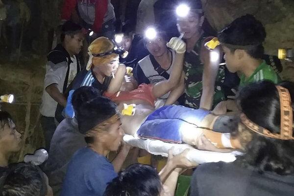 Na záchranných prácach sa zúčastňujú polícia, armáda, Červený kríž a pracovníci pátracej a záchrannej agentúry.