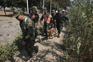 Kolumbijskí vojaci eskortujú vojenského zbeha z Venezuely.