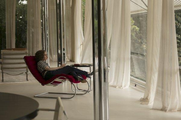 Holandská herečka Carice van Houten hrá filmovú hanu, najlepšiu kamarátku majiteľky vily. Je známa z Hier o tróny.