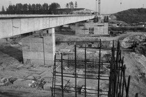 Na archívnej snímke z 12. novembra 1985 výstavba diaľnice na Liptove. Ľavý jazdný pruh diaľničného úseku z Liptovského Hrádku do Hýb