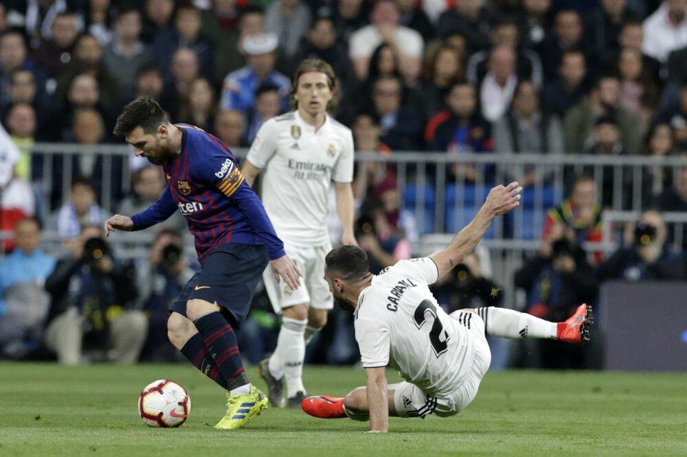8c33d2a8892b7 La Liga 2018/2019: Pozrite si momentky zo zápasu Real Madrid - FC Barcelona.  9/14. Zväčšiť Všetky fotky. Lionel Messi obchádza protihráčov.