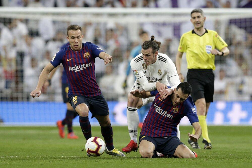 d6bd85c864b75 La Liga 2018/2019: Pozrite si momentky zo zápasu Real Madrid - FC Barcelona.  8/14. Zväčšiť Všetky fotky. Gareth Bale bojuje o loptu.