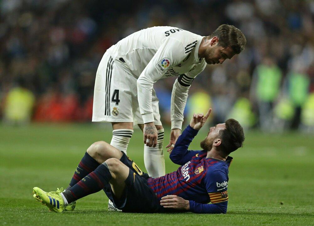 5824a8a3e41ac La Liga 2018/2019: Pozrite si momentky zo zápasu Real Madrid - FC Barcelona.  1/14. Zväčšiť Všetky fotky. Sergio Ramos (v bielom drese) si vymieňa názory  s ...