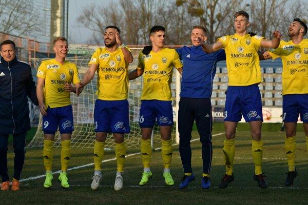 Michalovskí futbalisti majú dôvod na radosť, definitívne postúpili do top šestky.