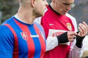 Pepich (v popredí) sVaščákom počas zápasu Zvolena sBystricou.