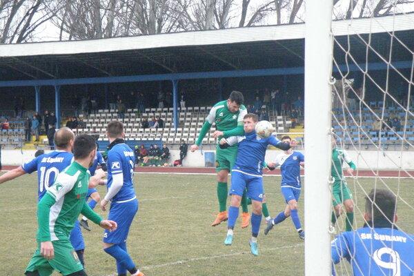 Táto lopta zhlavy Ešeka gólom neskončila, kapitán FKM však skóroval neskôr zpenalty.