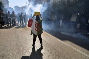 Alžírska demonštrantka verzus polícia.