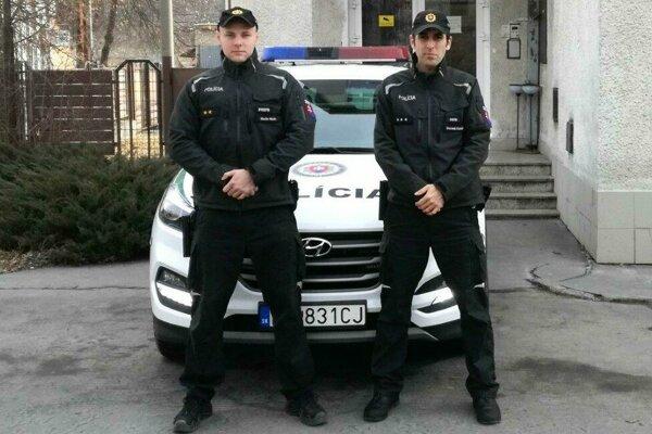 Policajti, ktorí zachránili život mladého dievčaťa.