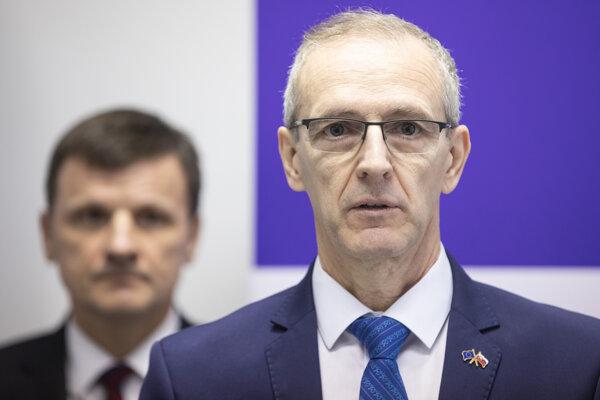 Ivan Štefanec, v pozadí predseda KDH Alojz Hlina.