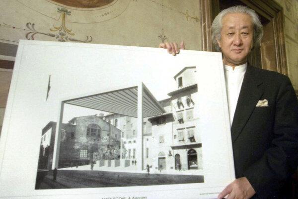 Japonský architekt Arata Isozaki na archívnej snímke z roku 2001.
