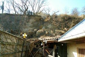 Zemina zvalila dom pod svahom.