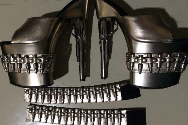 Extravagantné topánky, ktoré bezpečnostná kontrola zadržala na letisku v americkom Baltimore.