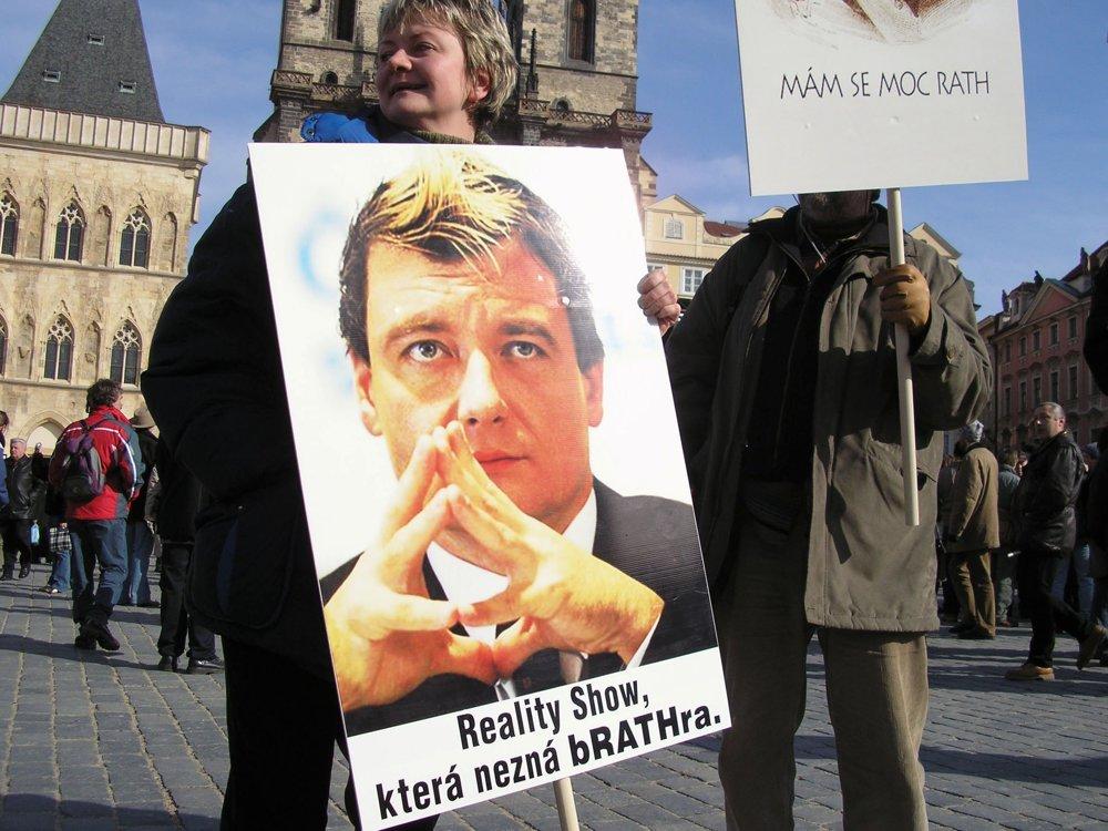 Rok 2006: demonštrácia proti vtedajšiemu ministrovi zdravotníctva Davidovi Rathovi. V roku 2012 ho polícia zatkla s niekoľkými miliónmi českých korún v škatuli od vína. To, že sa prípad dostal pred súd a skončil tvrdým rozsudkom, dosiahla prokurátorka Bradáčová.