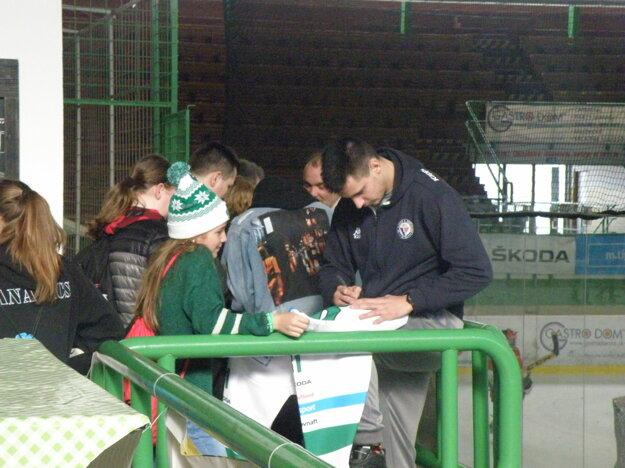 Na dres sa mladej fanúšičke MHC podpisuje Eduard Šimun.