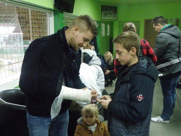 Ani zlomená ruka nebránila Jurajovi Juríkovi pri poskytovaní autogramov.