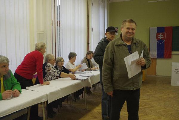 Voliči už ráno stáli v rade.