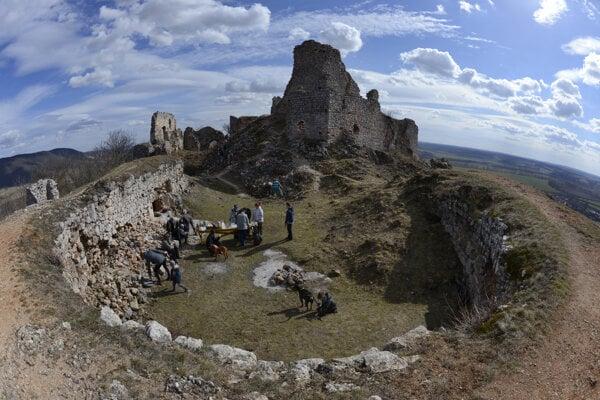 Čistenie Turnianskeho hradu.