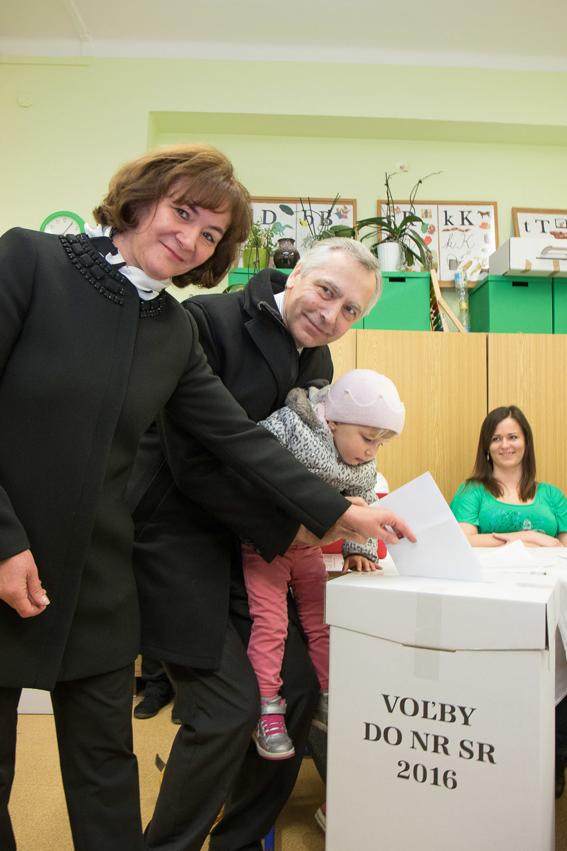 Predseda KDH Ján Figeľ odvolil v Bratislave v sprievode manželky a vnučky.