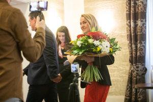 Kandidát na prezidenta Maroš Šefčovič s manželkou Helenou. V pozadí šéfka Šefčovičovej kampane Renáta Goldírová.