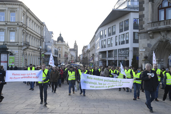 Zamestnanci VSE Holding štrajkovali pred sídlom spoločnosti v Košiciach.