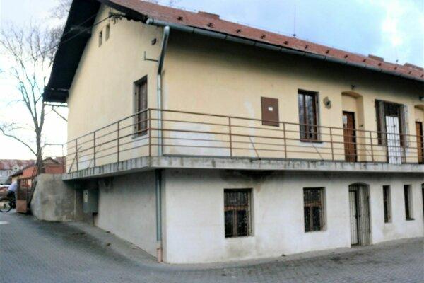 Mestský podnik služieb vo Vrútkach sa mal prebudovať na komunitné centrum. Občania zUlice Cyrila aMetoda iďalšieho okolia stým nesúhlasili.