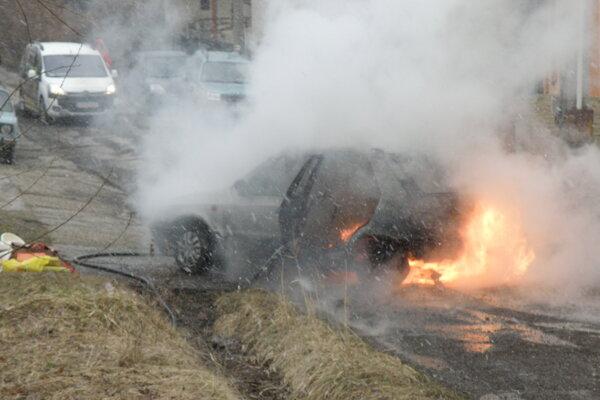 Plamene zachvátili zadnú časť auta.