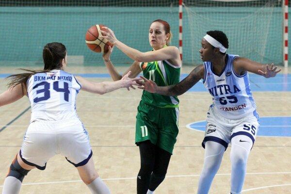 S loptou Timea Sujová zo Šamorína medzi nitrianskou dvojicou Michaela Zentková - Camesha Davis.