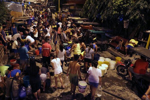 Obyvatelia Manily sa zoraďujú na prídely pitnej vody.