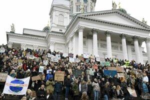 Mladí demonštranti sa zhromažďujú na schodoch katedrály pred začiatkom protestného zhromaždenia za budúcnosť klímy 15. marca 2019 v Helsinkách.