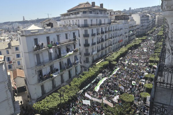 Státisíce ľudí vyšli do ulíc v centre alžírskej metropoly Alžír, aby tak vyjadrili svoj nesúhlas s režimom prezidenta Abdala Azíza Butefliku, ktorý v krajine vládne už 20 rokov.