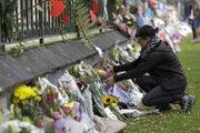 Ľudia pokladajú kvety na počesť obetiam streľby v Christchurch.