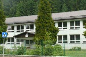 Voliči v Korni môžu odvoliť v tamojšej základnej škole, kde fungujú tri okrsky.