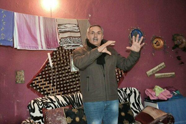 Gejza Berky, aktivista z Janíc, počas nedávnej prezentácie projektu ekobrikiet pre chudobných.