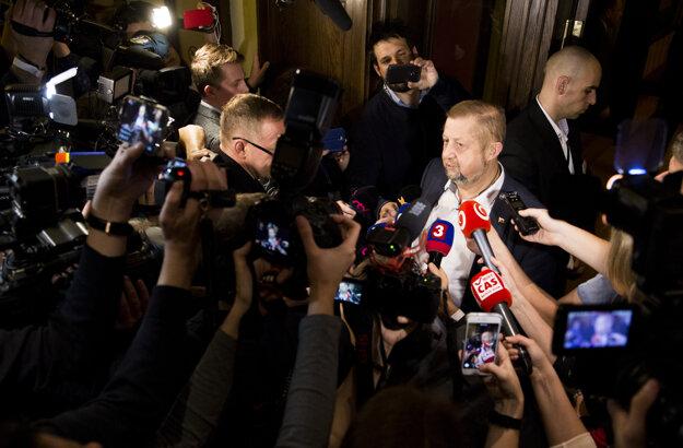 Štefan Harabin hovorí s médiami vo svojej volebnej centrále po zverejnení priebežných neoficiálnych výsledkov.
