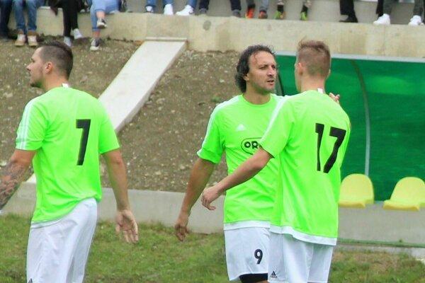Vladimír Škuta (v strede) povedie mužstvo Oravského Veselého už z lavičky.
