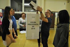 Spočítavanie hlasov v jednom z dolnokubínskych okrskov.