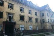 Zdevastovaná bytovka na Kasárenskej.