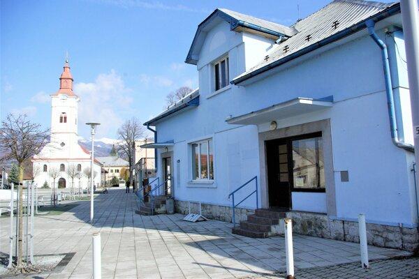 Modrá budova bývalej sporiteľne na sučianskom námestí.
