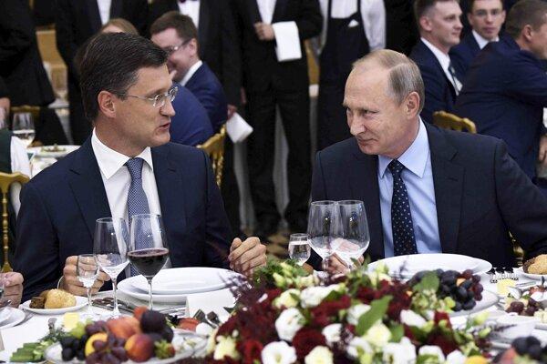 Ruský prezident Vladimir Putin (vpravo) a minister energetiky Alexander Novak (vľavo).