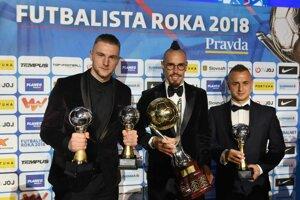 Na snímke zľava slovenskí futbalisti Milan Škriniar (2. miesto), Marek Hamšík (1. miesto) a Stanislav Lobotka (3. miesto) po skončení vyhlásenia ankety Futbalista roka 2018.