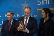 Prezident SR Andrej Kiska si prevzal Európsku cenu za ľudské práva Sintov a Rómov počas slávnostnej ceremónie v Dome Európskej histórie v Bruseli.
