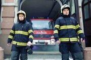 Rapujúci hasiči Tomáš Čekan a Matúš Hricík.