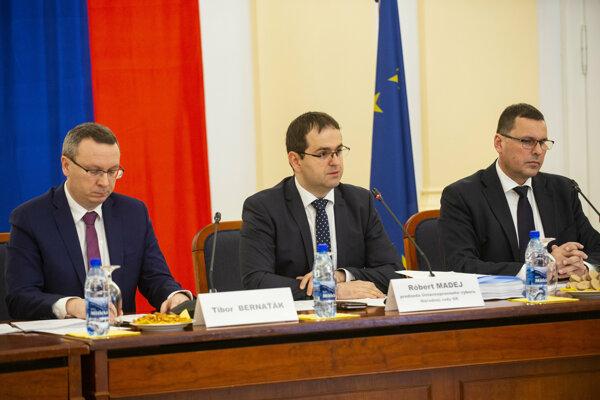 Predseda výboru Róbert Madej (uprostred).