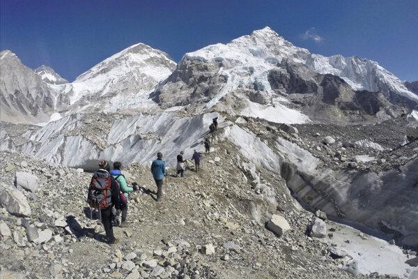 Na nepálskej strane Mount Everestu sťažujú odstraňovanie mŕtvych tiel nepálske zákony.