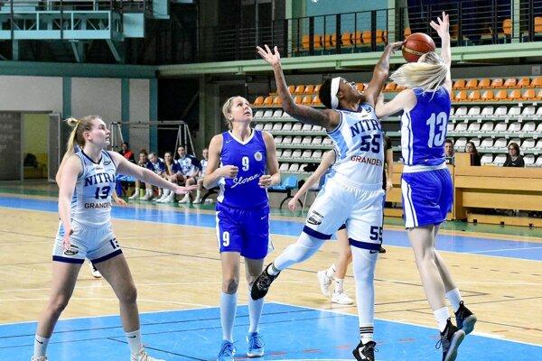 V bielych dresoch Nitrianky Viktória Fehérová a Camesha Davis.