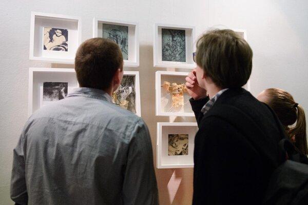 Výstava talentovanej slovenskej výtvarníčky Radoslavy Hrabovskej s názvom In captivitatem (V zajatí) v Galérii na schodoch Katedry kulturológie Filozofickej fakulty Univerzity Konštantína Filozofa v Nitre.